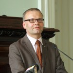 Latvijas Bîbeles biedrîbas ìenerâlsekretârs, Latvijas Universitâtes Teoloìijas fakultâtes profesors Valdis Tçraudkalns.