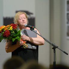 """Egona Līva piemiņas balvu """"Krasta ļaudis"""" saņem rakstniece Inese Zandere"""